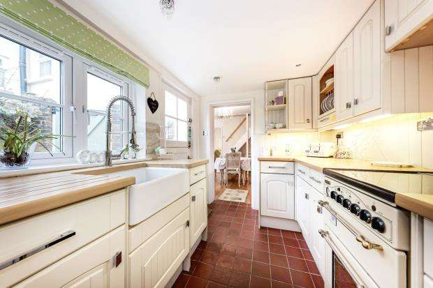 2 Bedrooms Semi Detached House for sale in Leatherhead, Surrey