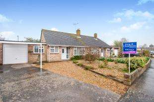 2 Bedrooms Bungalow for sale in Hawthorn Close, Chichester, West Sussex