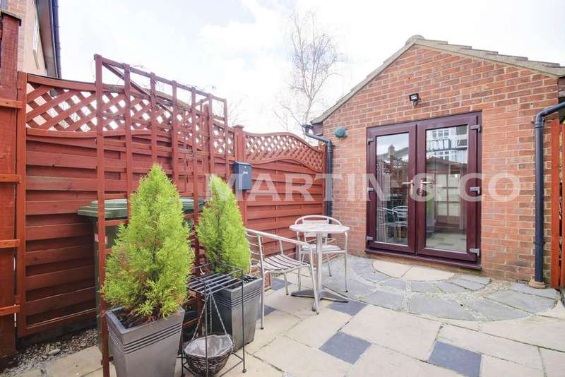 3 Bedrooms Semi Detached House for sale in Falcon Way, Wanstead