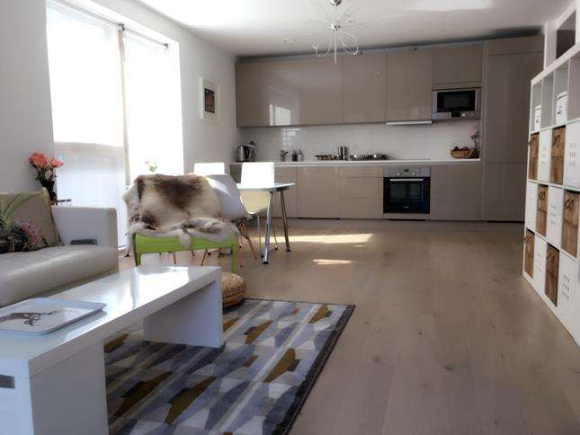 2 Bedrooms Flat for rent in Tyler Court, New Paragon Walk, London, SE17 1AX