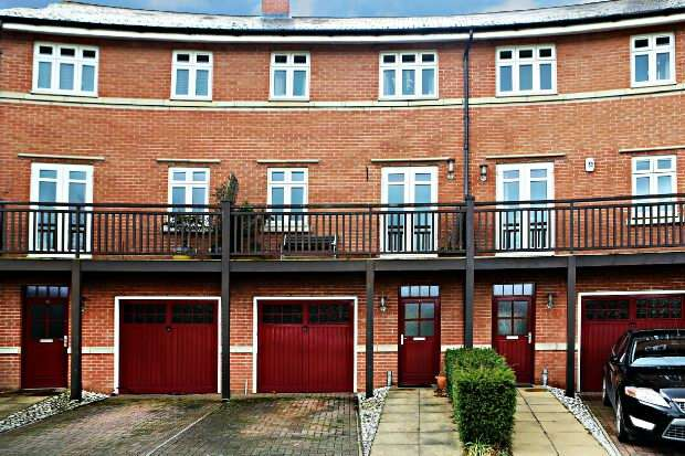 4 Bedrooms Terraced House for sale in Simmonds Crescent, Lower Earley, Reading