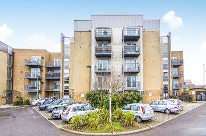 2 Bedrooms Flat for sale in Romford, Havering