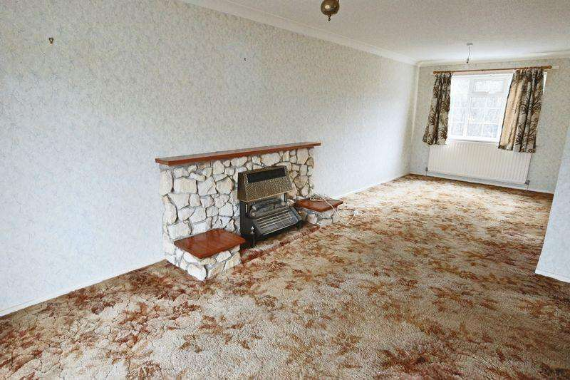 3 Bedrooms Semi Detached House for sale in Gainsborough Drive, Lowestoft
