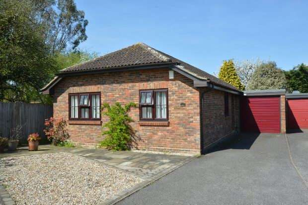 3 Bedrooms Detached Bungalow for sale in Carlton Close, Chessington