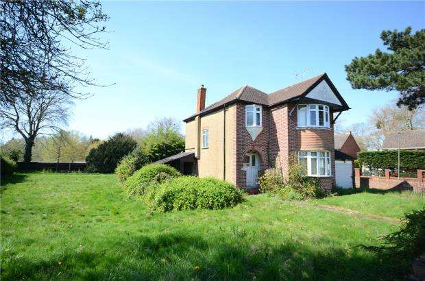 3 Bedrooms Detached House for sale in Squires Bridge Road, Shepperton, Surrey