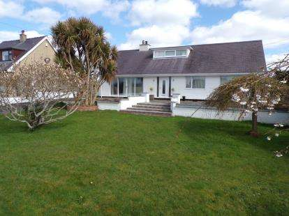 4 Bedrooms Bungalow for sale in Bryniau Fawnog, Llanrug, Caernarfon, LL55