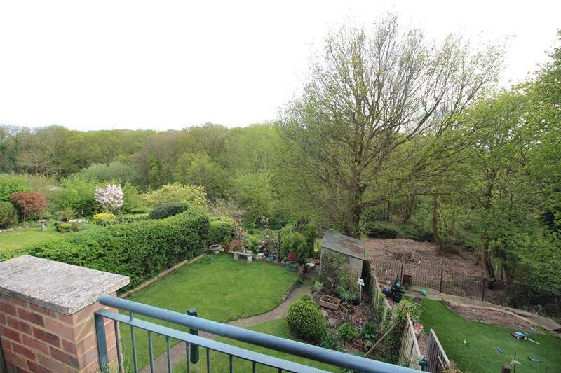4 Bedrooms Semi Detached House for sale in Kiln Road, Benfleet
