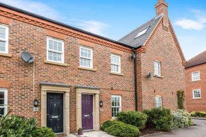 3 Bedrooms Terraced House for sale in Greenkeepers Road, Great Denham, Bedford, Bedfordshire