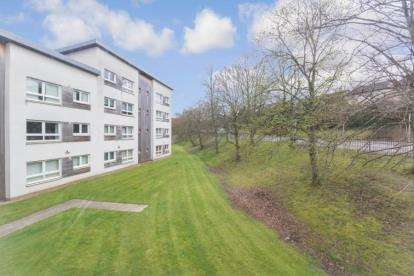 2 Bedrooms Flat for sale in Strathclyde Gardens, Cambuslang, Glasgow, South Lanarkshire