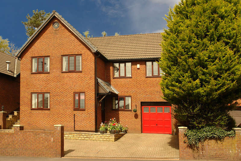 4 Bedrooms Detached House for sale in Buckstones Road, Shaw, Oldham