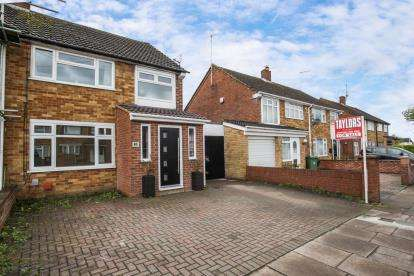 3 Bedrooms Semi Detached House for sale in Evelyn Road, Dunstable, Bedfordshire, England