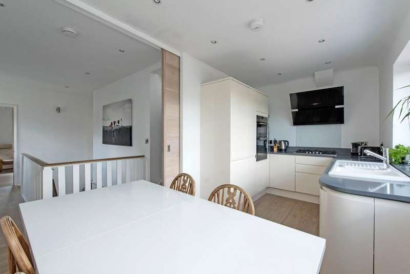 3 Bedrooms Maisonette Flat for sale in Burntwood Lane, London
