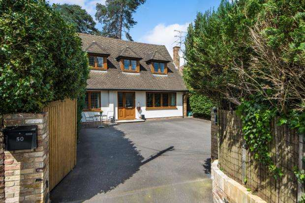 5 Bedrooms Detached House for sale in Lightwater, Surrey, United Kingdom
