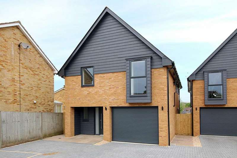 4 Bedrooms Detached House for sale in Lion Close, Overton RG25