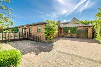 5 Bedrooms Bungalow for sale in Kirke Close, Shenley Church End, Milton Keynes