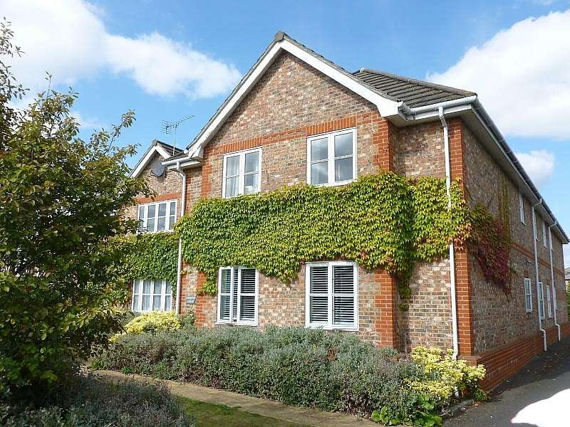2 Bedrooms Flat for sale in Coniston Court, Cumberland Road, Ashford, TW15