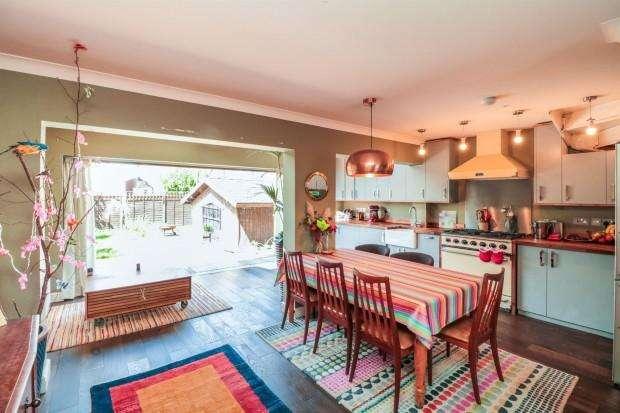 4 Bedrooms Detached House for sale in Sharon Road, Enfield, EN3