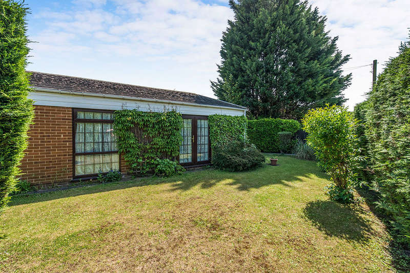 3 Bedrooms Detached Bungalow for sale in Rochester Road, GRAVESEND, DA12