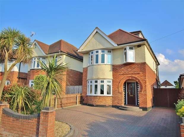 4 Bedrooms Detached House for sale in Dorchester Road, Oakdale, POOLE, Dorset