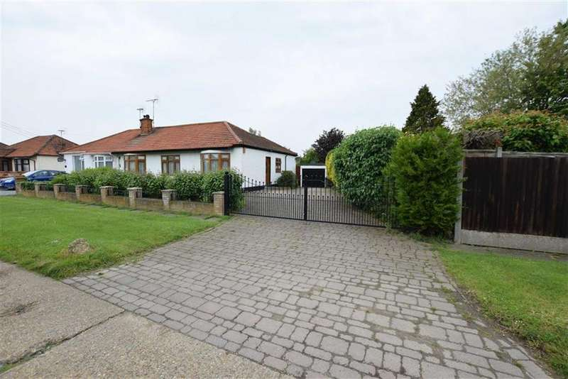 3 Bedrooms Bungalow for sale in Central Avenue, Corringham, Essex