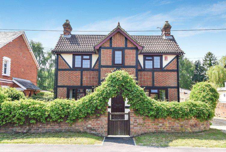 4 Bedrooms Detached House for sale in Eversley Road, Yateley, Hampshire, GU46
