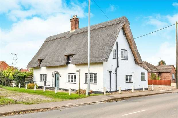 3 Bedrooms Detached House for sale in Yaxham Road, Dereham, Norfolk