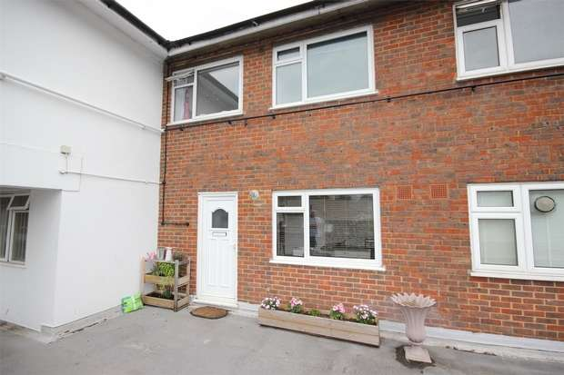 2 Bedrooms Flat for sale in St Peters Court, High Street, Chalfont St Peter, Buckinghamshire