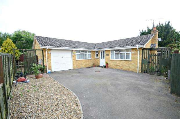 3 Bedrooms Detached Bungalow for sale in Royston Close, Tilehurst, Reading