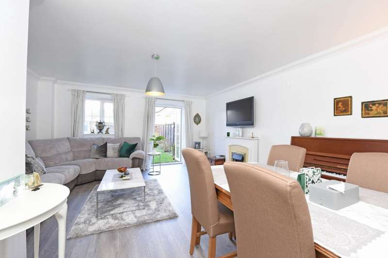 3 Bedrooms Semi Detached House for sale in Knightwood Close, Farnborough, GU14