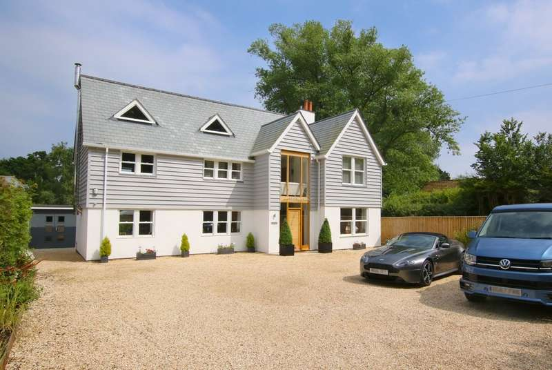 4 Bedrooms Detached House for sale in Lower Pennington Lane, Lymington, Hampshire