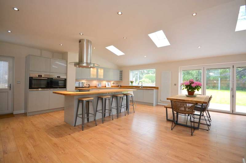 4 Bedrooms Detached House for sale in Whalley Drive, Bletchley