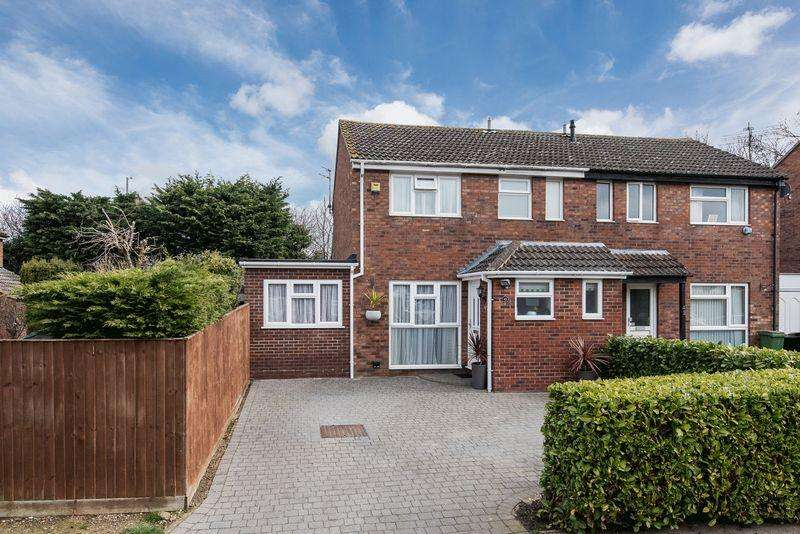 3 Bedrooms Semi Detached House for sale in Bronte Close, Aylesbury