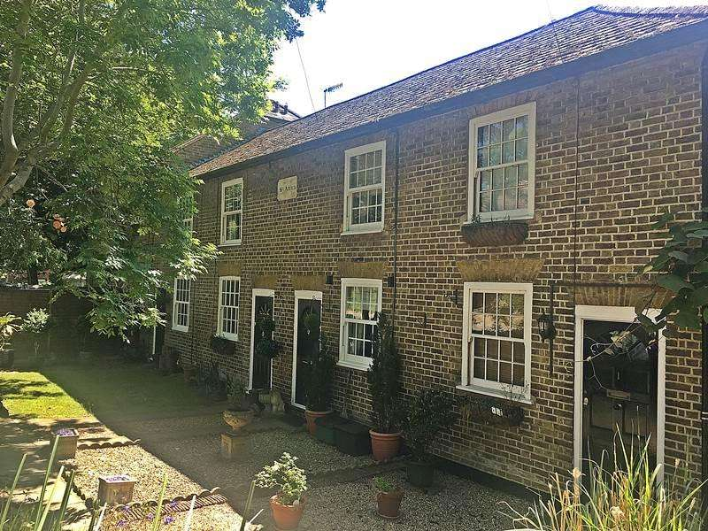 2 Bedrooms Terraced House for sale in LOUDWATER
