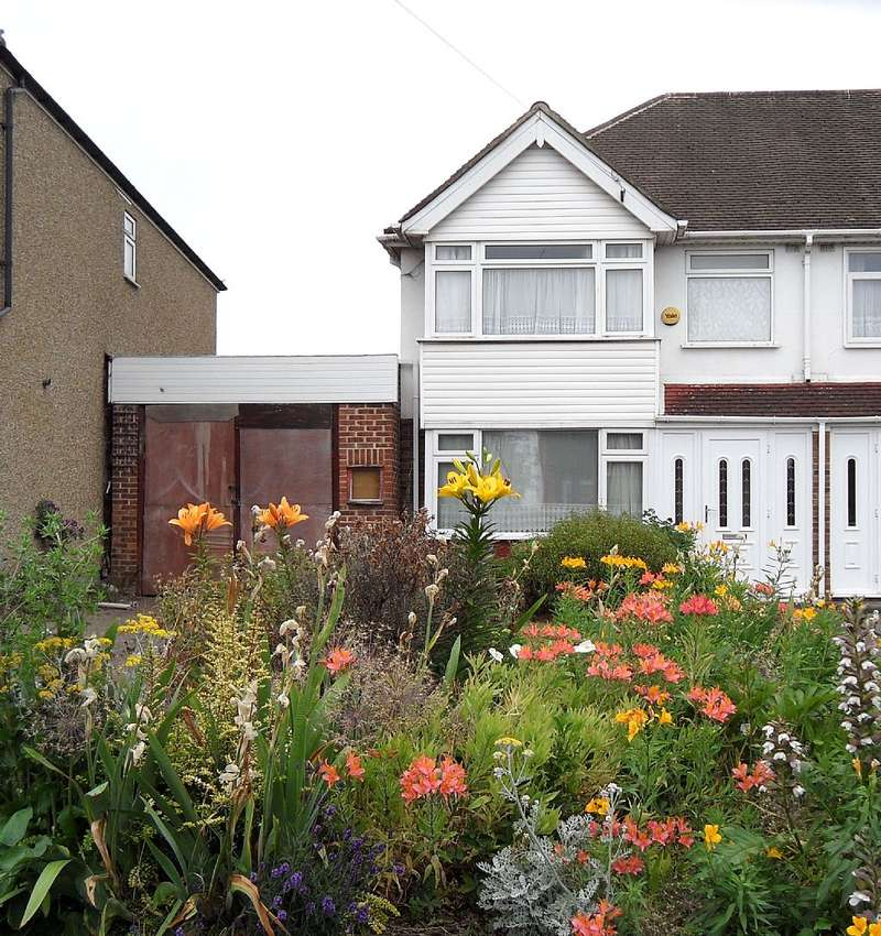 3 Bedrooms Semi Detached House for sale in Collier Row Lane, Romford, London, RM5 3NL