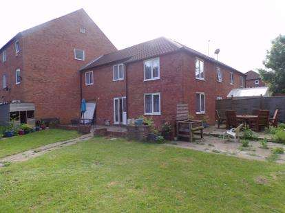 4 Bedrooms Terraced House for sale in Ironmonger Court, Neath Hill, Milton Keynes, Buckinghamshire
