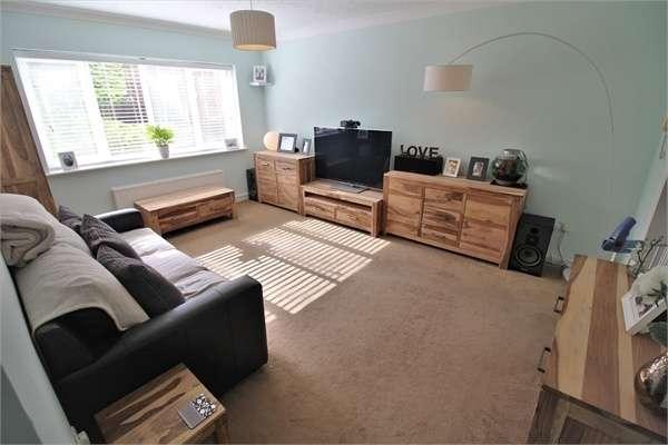 2 Bedrooms Flat for sale in Wheeler Court, Tilehurst, READING, Berkshire