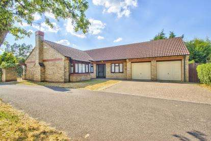 3 Bedrooms Bungalow for sale in The Paddock, Huntingdon, Cambridgeshire, Uk