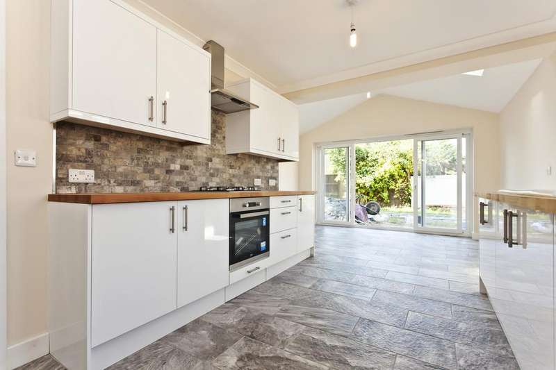 3 Bedrooms Detached House for sale in Burton Road, C BH23