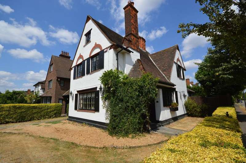4 Bedrooms Detached House for sale in Parkway, Gidea Park, Essex, RM2