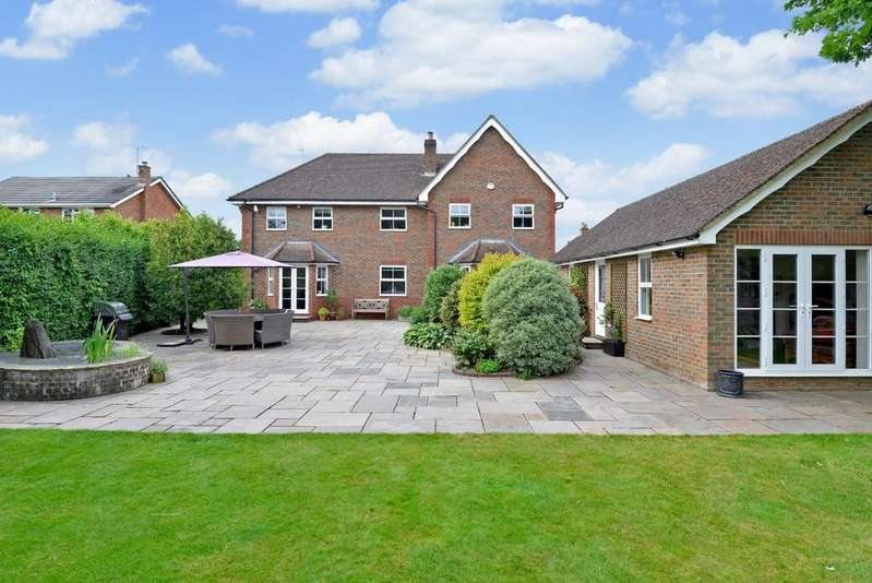 5 Bedrooms Detached House for sale in Avenue Road, Cranleigh GU6 7LE
