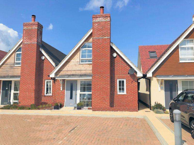 3 Bedrooms Semi Detached House for sale in Clipper Close, Gosport