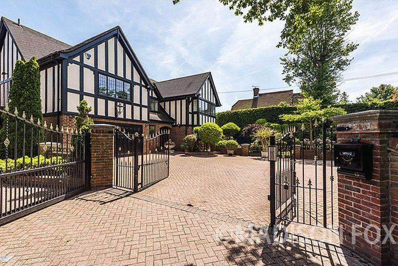 4 Bedrooms Detached House for sale in Bury Lane, Epping, CM16