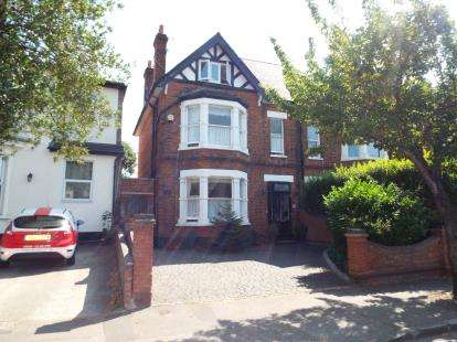 5 Bedrooms Semi Detached House for sale in Romford, Havering, United Kingdom