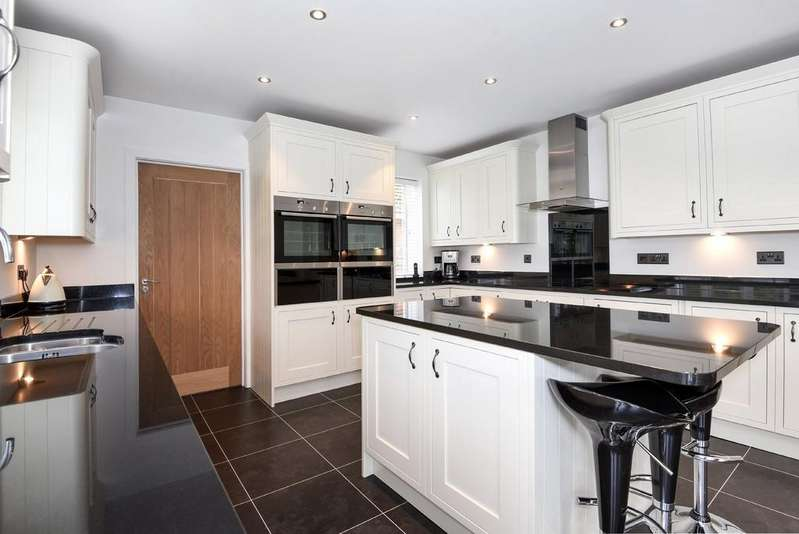 4 Bedrooms Chalet House for sale in Dudsbury Crescent, Ferndown