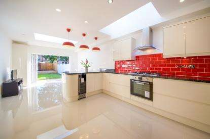 5 Bedrooms Terraced House for sale in Lyndhurst Road, Upper Edmonton, London