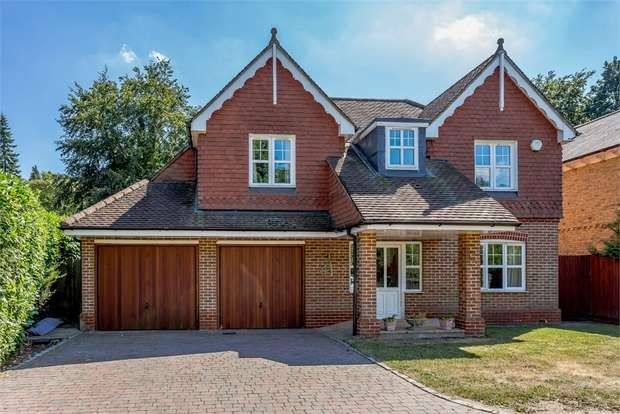 5 Bedrooms Detached House for sale in Elvetham Road, Fleet, Hampshire