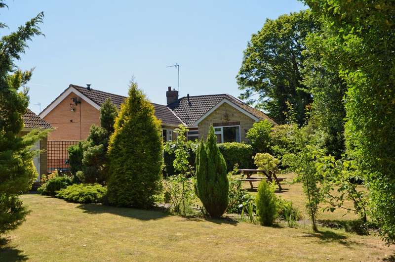 3 Bedrooms Detached Bungalow for sale in Southgate, Hornsea, HU18