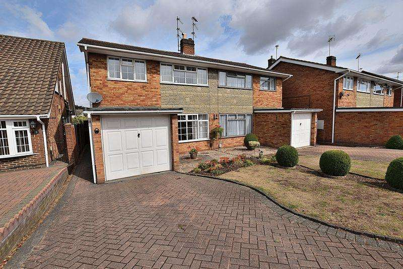 3 Bedrooms Semi Detached House for sale in Lambs Close, East Dunstable