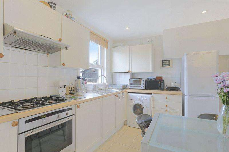 3 Bedrooms Apartment Flat for sale in Shrubbery Road, London
