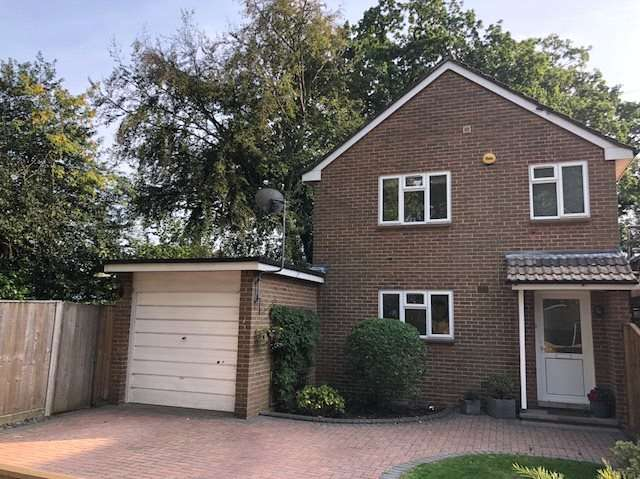 3 Bedrooms Detached House for sale in Victoria Road, Mortimer, RG7
